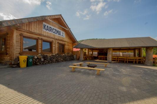 Restauracja, taras z drewnianym szałasem i miejscem na ognisko